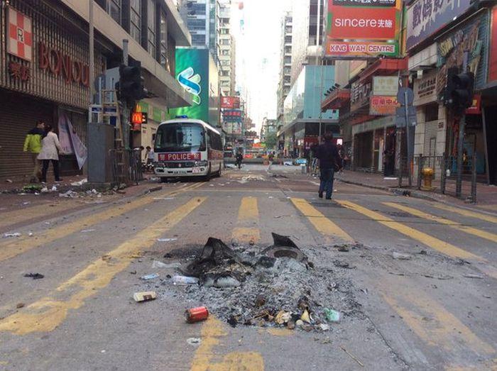 Массовые беспорядки на улицах Гонконга (12 фото + 4 видео)