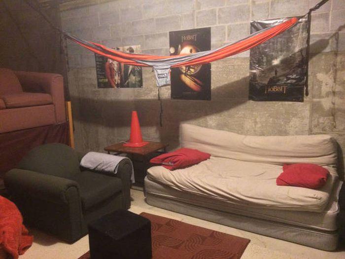 Студент превратил подвал в личный кинотеатр (38 фото)