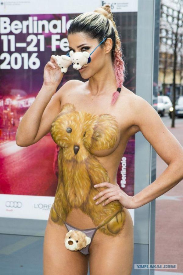 Новая обнаженная фотосессия Микаэлы Шефер на улицах Берлина. НЮ (8 фото)