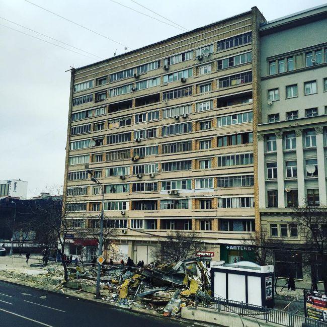 В Москве начался снос ларьков, признанных «опасным самостроем» (30 фото)