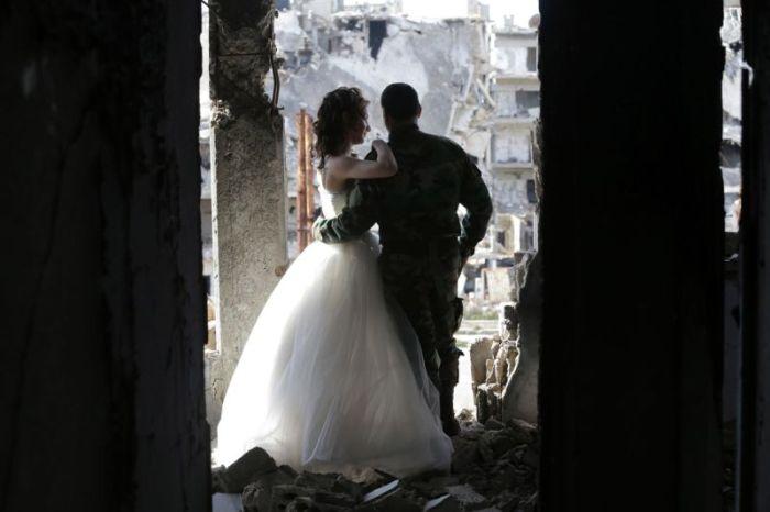 Трогательная фотосессия сирийских молодоженов посреди развалин города Хомс (12 фото)