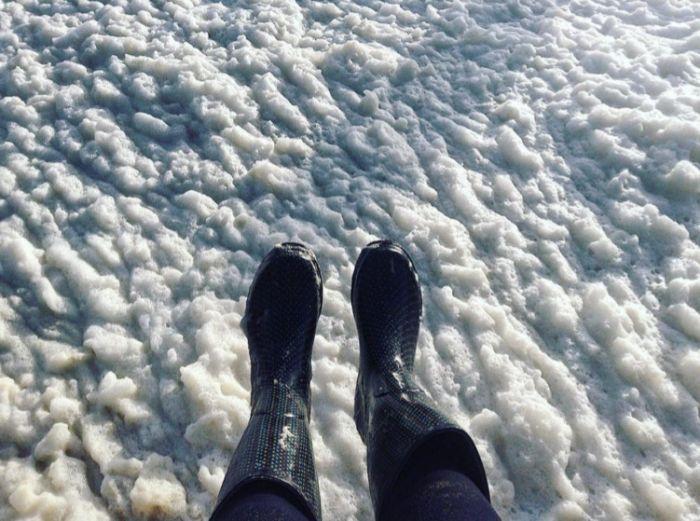 Обрушившийся на Европу шторм покрыл морской пеной город Пенмарш (8 фото + 2 видео)