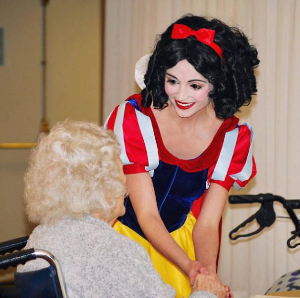 Американка потратила более 14 000 долларов на костюмы диснеевских принцесс (16 фото)