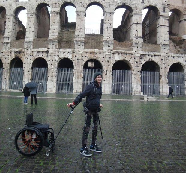 Американцы создали новый экзоскелет, позволяющий ходить людям с парализованными ногами (4 фото)