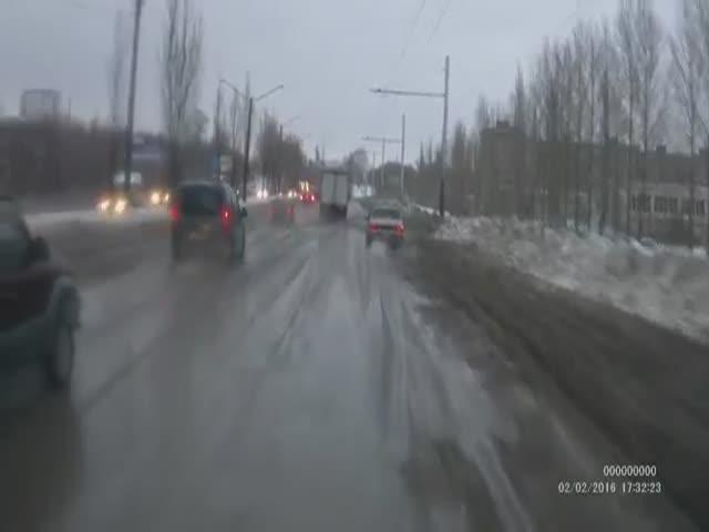 Водитель Lexus'a негодует, что его авто заляпали грязью