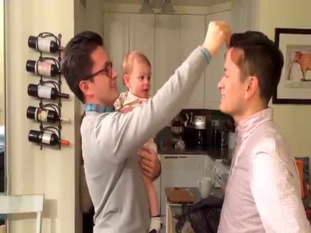 Отец и его брат-близнец прикалываются над малышом