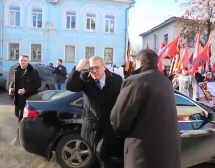 Во Владимире Михаила Касьянова забросали яйцами (4 фото + видео)