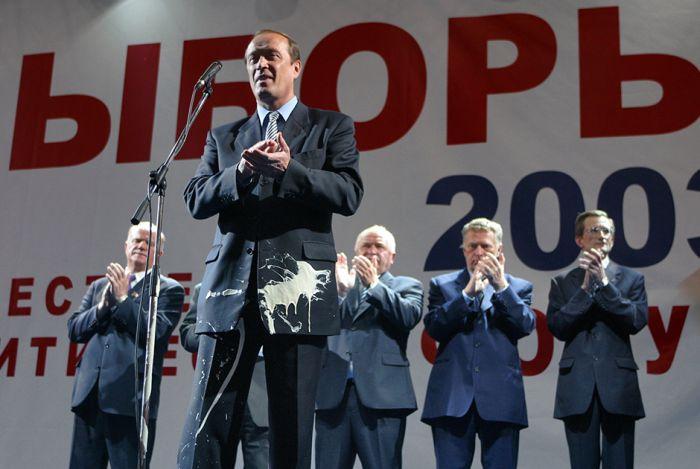 Чем забрасывали политиков недовольные граждане (12 фото)