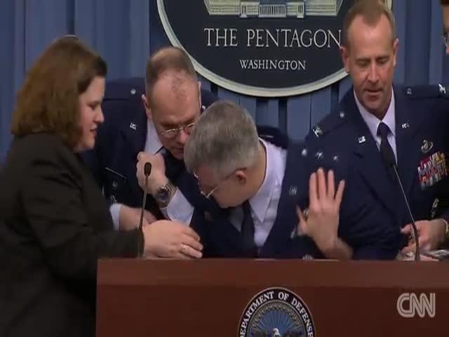 Генерал ВВС США Джеймс Мартин упал в обморок во время пресс-конференции