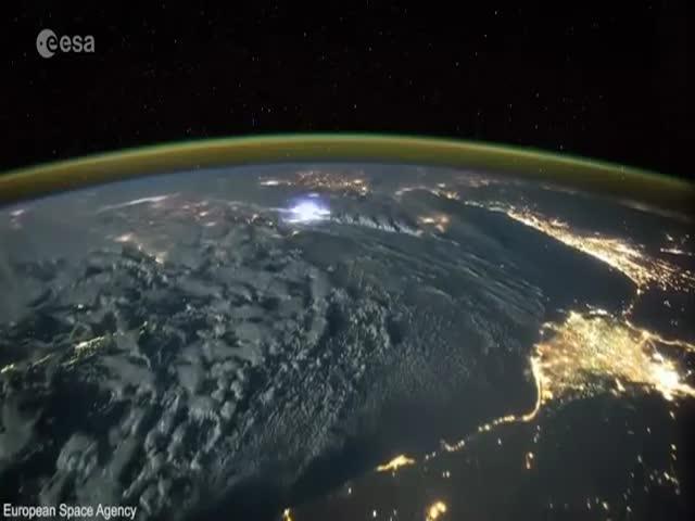 Астронавт Тим Пик опубликовал видео со сверкающими над Землей молниями