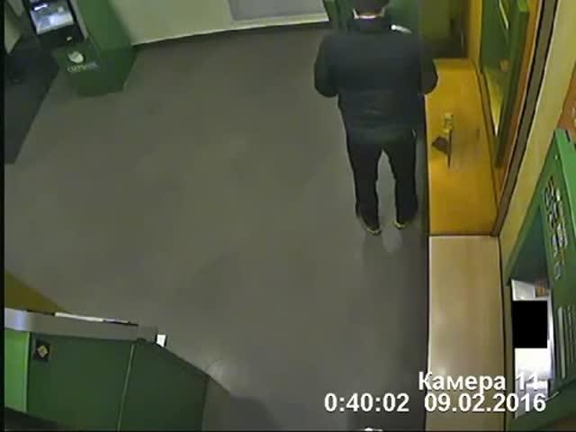 В Воронеже сломавшийся банкомат случайно выдал 82 000 рублей