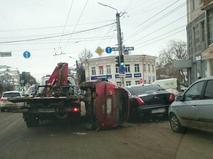 В Кирове эвакуатор уронил «Ладу Калину» на Jaguar (3 фото)