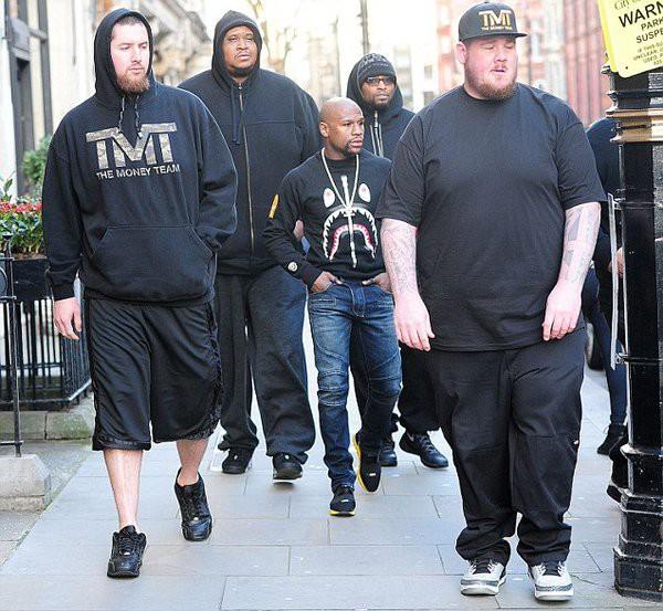 Боксер Флойд Мейвезер в окружении телохранителей (2 фото)