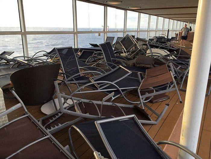 Последствия встречи круизного лайнера с сильным штормом (20 фото)