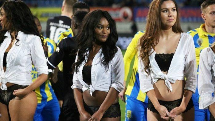 Голландские футболисты вышли на поле не с детьми, а с моделями в нижнем белье (9 фото)
