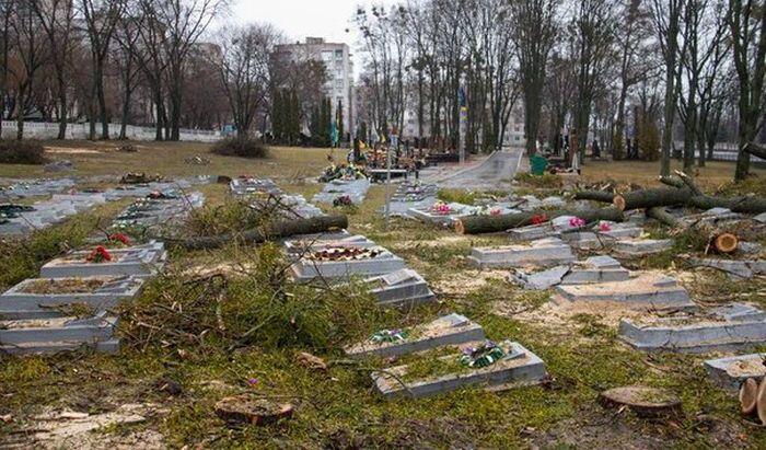 В Житомире коммунальщики разрушили десятки надгробий советских солдат (10 фото)