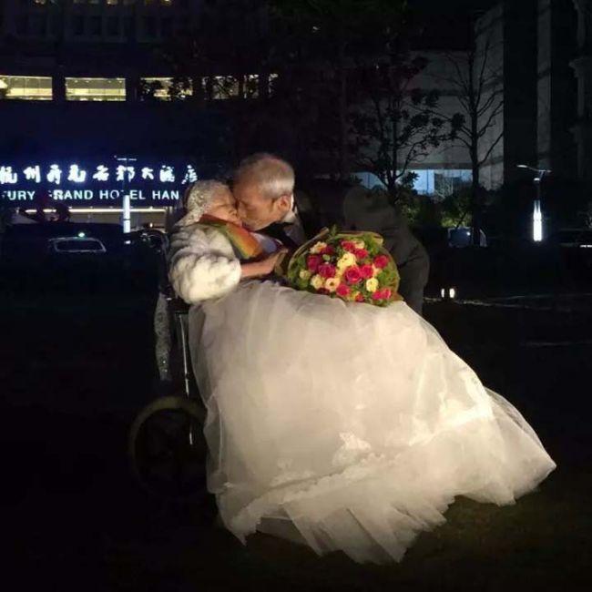 В Китае 84-летний мужчина написал признание в любви своей супруге на 218-метровом небоскребе (2 фото)