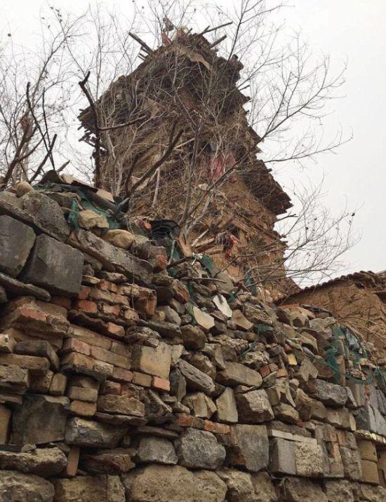 В Китае душевнобольной мужчина построил 7-этажную башню (4 фото)