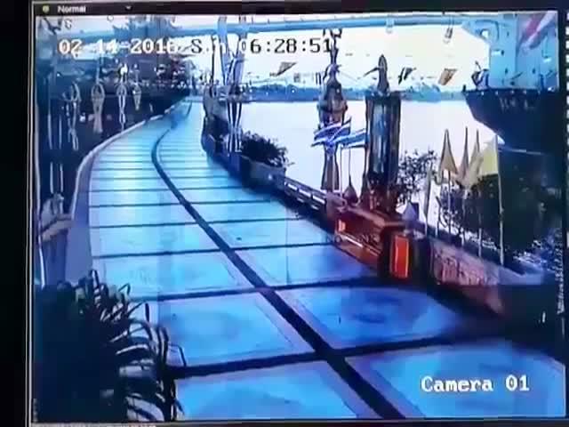 Корабль врезался в пристань