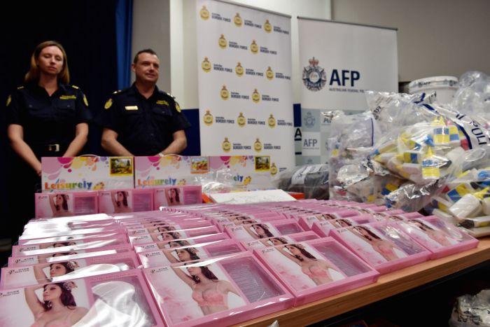 В Австралии задержали партию бюстгальтеров со спрятанным в них метамфетамином на 890,5 миллионов долларов (6 фото)