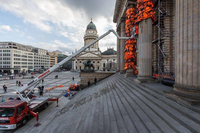 Колонны Берлинского драматического театра покрыли 14 000 спасательных жилетов (8 фото)