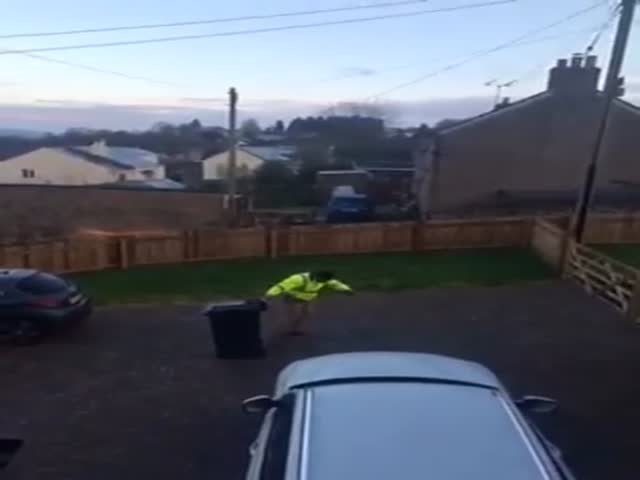 Британец с мусорным баком на скользкой дорожке стал звездой сети