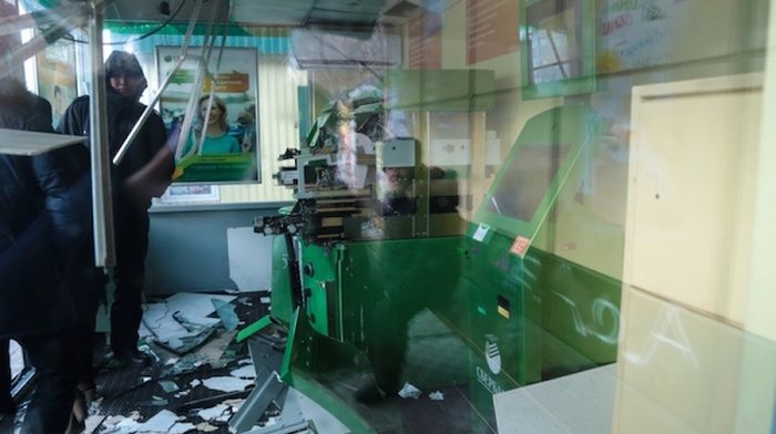 В Улан-Удэ неизвестные взорвали банкомат «Сбербанка» (5 фото)