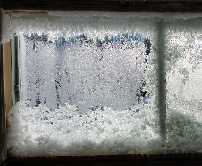 Из-за проблем с отоплением дом канадца превратился в ледяную избушку (6 фото)