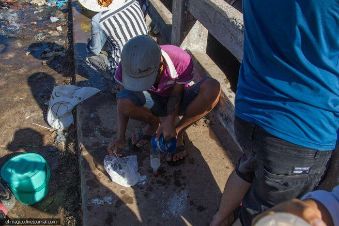 Нехитрое вьетнамское приспособление для рыбной ловли из пластиковой бутылки (7 фото)