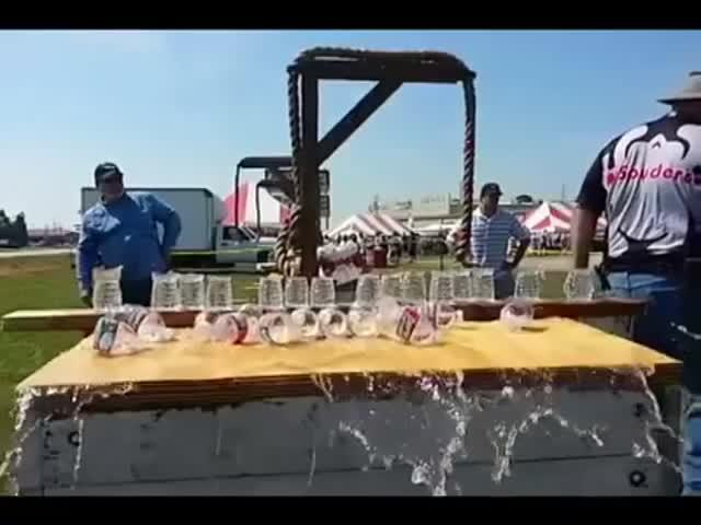 Мужчина разрезал одним ударом 22 бутылки с водой