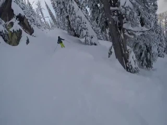 Отец спас сына, провалившегося под снег