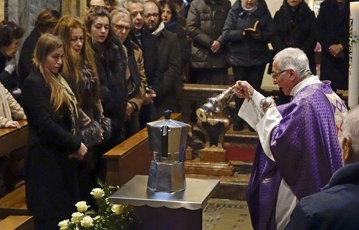 Прах итальянского предпринимателя Ренато Биалетти похоронили в кофеварке (3 фото)