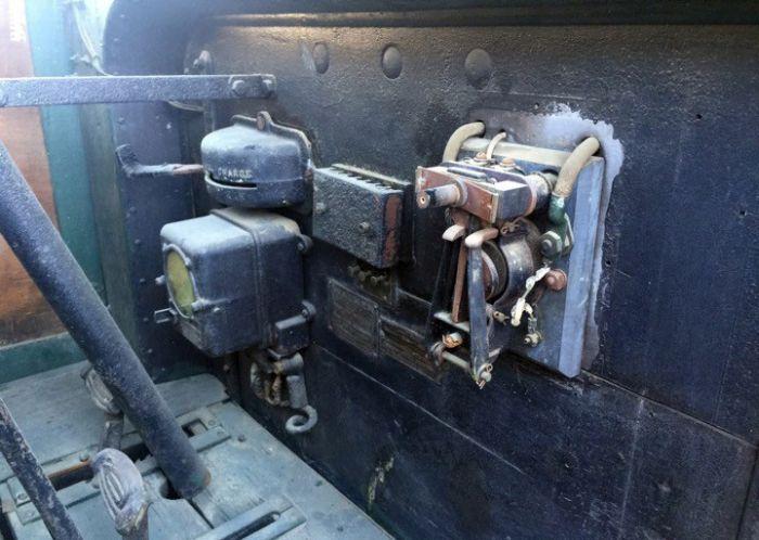 В США на продажу выставлен уникальный электрический грузовик 1928 года выпуска (7 фото)