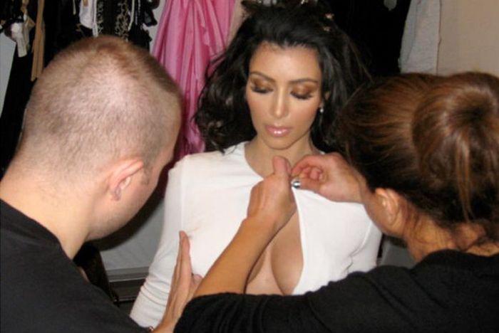 Ким Кардашян раскрыла секрет идеальной формы своей груди (4 фото)
