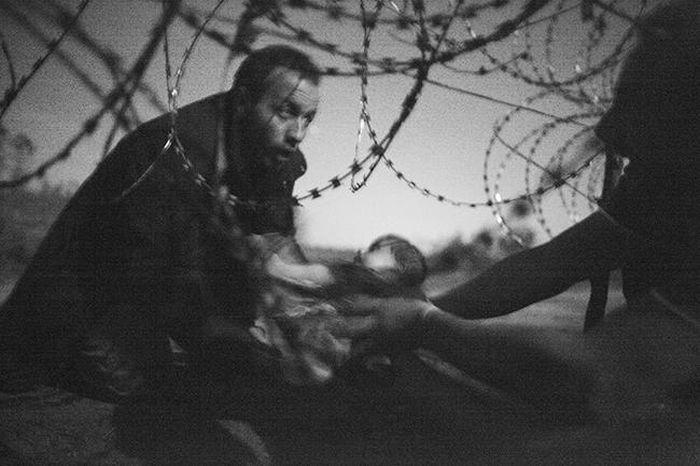 Премию World Press Photo в номинации «Фотография года» получил автор снимка с беженцами (3 фото)