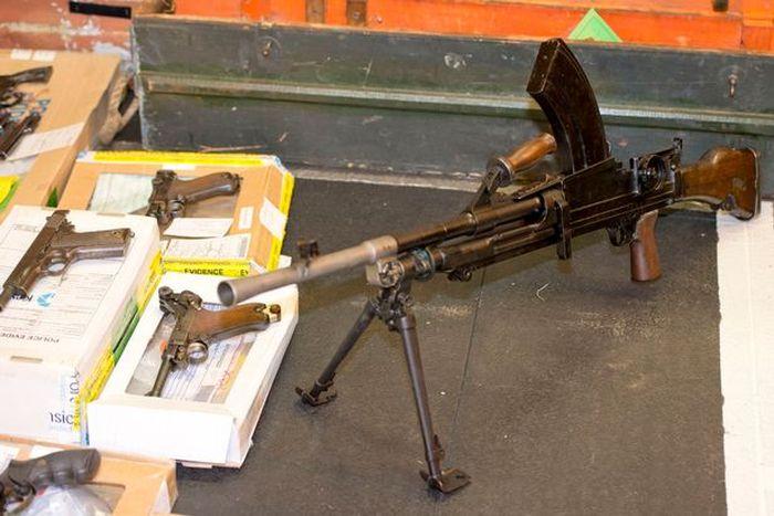 В Великобритании полиция обнаружила склад оружия в доме умершего мужчины (12 фото)