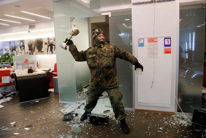 В центре Киева вторую годовщину Евромайдана отметили погромами и беспорядками (12 фото)