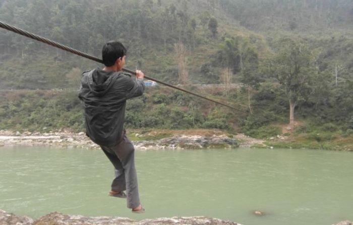 Непальские школьники стали невольными экстремалами (8 фото)