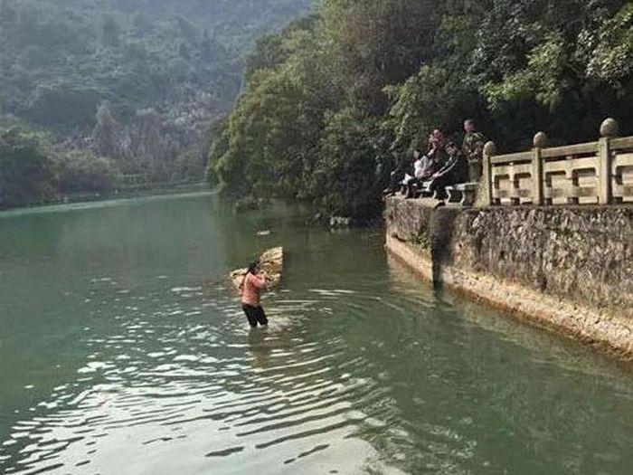 Китаянка нырнула в ледяную воду, чтобы достать упавший iPhone (4 фото)