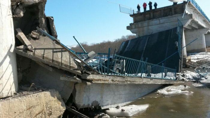 В Приморье рухнул автомобильный мост (3 фото + видео)
