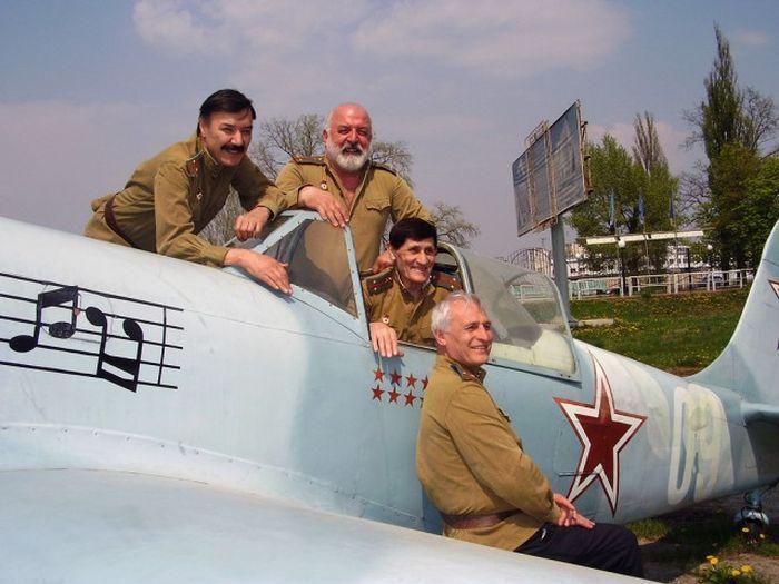 Музыкальная эскадрилья из киноленты «В бой идут одни старики» 42 года спустя (4 фото + видео)