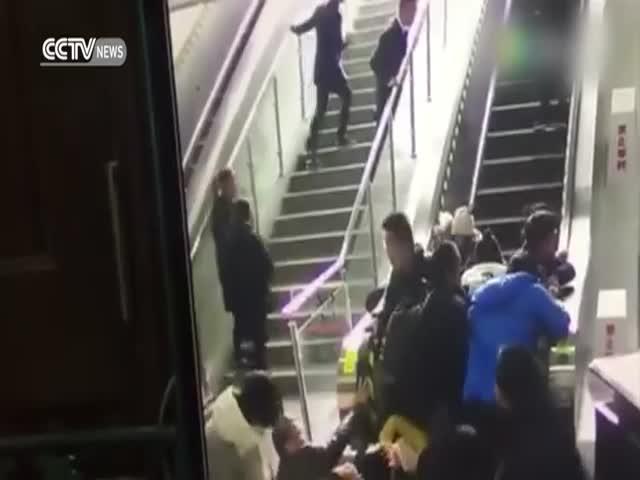 В Китае в результате поломки эскалатор поехал в обратном направлении