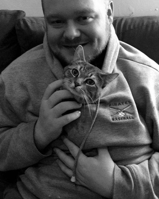 Сидящий на корточках кот удивил пользователей сети (3 фото)