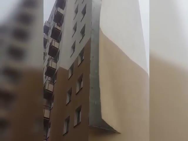 Сильный ветер сдул облицовку с дома