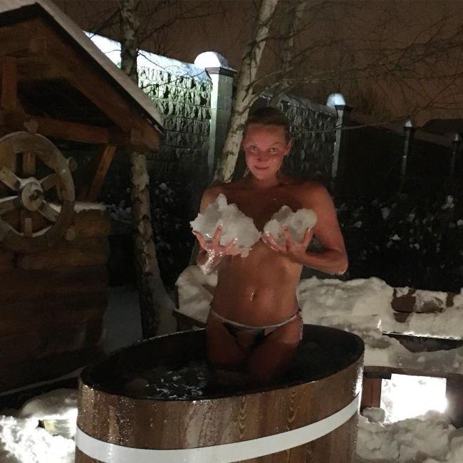 Анастасия Волочкова вновь опубликовала откровенные фото из бани (6 фото)