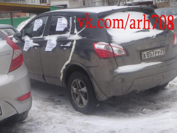 Коллекторы приклеили предупреждение к машине должника монтажной пеной (6 фото)