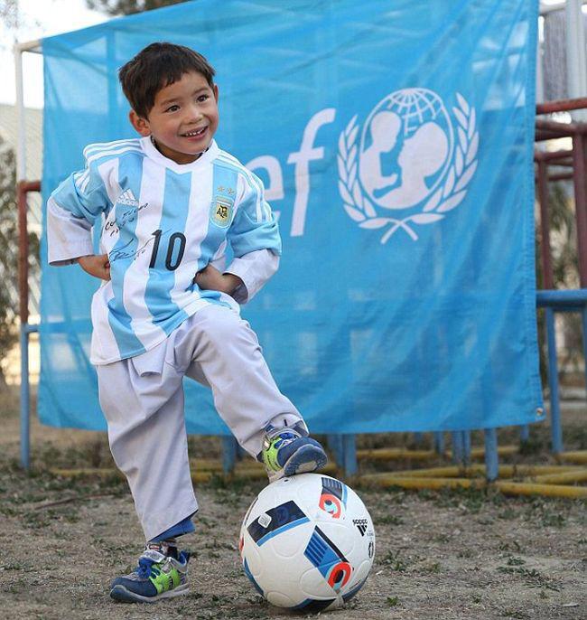 Мальчик в футболке из полиэтиленовых пакетов получил футболки от Лионеля Месси (7 фото)