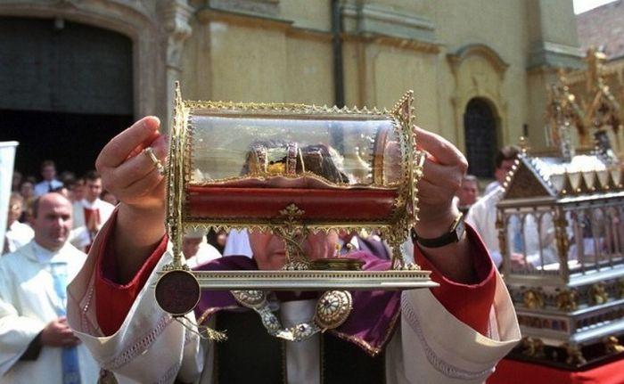 Странные священные реликвии современной церкви (10 фото)