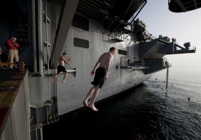 Отдых американских моряков в открытом море (21 фото)