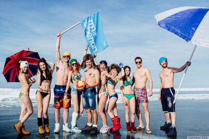 На Байкале при 20-градусном морозе провели вечеринку в купальниках (14 фото)